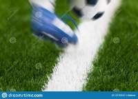 пинок-футбола-футболист-пиная-шарик-на-поле-конец-вверх-фут[...].jpg