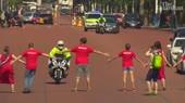Greenpeace protesters disrupt Boris Johnsons arrival at Buc[...].mp4