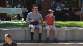 батя и сын отдыхают в парке.webm