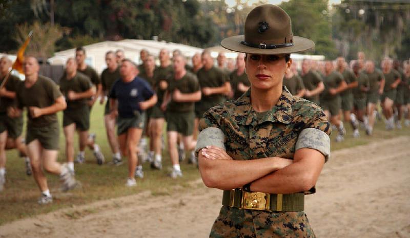 Фото женщина в форме военной дико хочет по скакать на большом члене